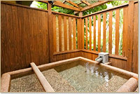寝湯付貸切露天風呂。寝転んだり半身浴や足湯もできるので楽しみ方は色々。※要予約
